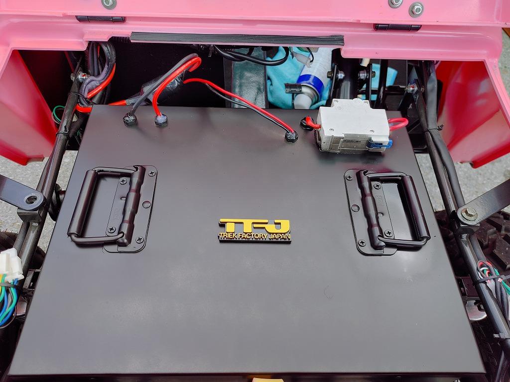 日本初! ルーフ付電動ミニジープ「ビッグフォース」の登場です。<大容量バッテリー> 1回の充電で、なんと100kmも走行できます。(運転の仕方、路面状況によって異なります) ミニジープのメーカーとして、お客様のご要望にお応えし開発しました。 電動カーで気になるのが、充電切れですが、 1回の充電で100kmも走行できれば、かなり楽しめて行動範囲もひろがります!